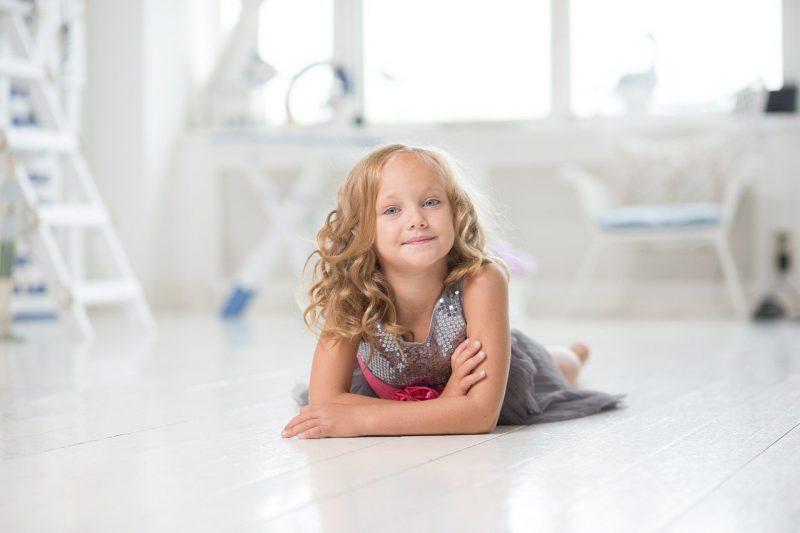 Naklejki z imieniem dziecka – dlaczego warto się na nie zdecydować? Gdzie je kupić?